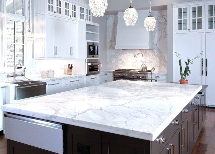 Đá ốp bàn bếp màu trắng với những đường vân uyển chuyển