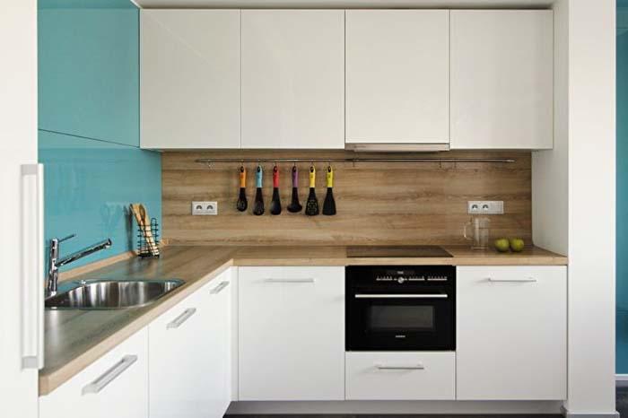 Ốp tường bếp bằng gạch vân gỗ