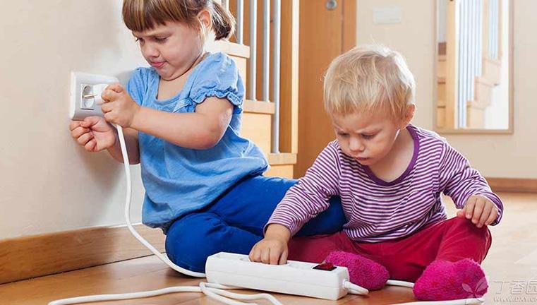 9 đồ dùng giữ an toàn cho bé khi chơi trong nhà