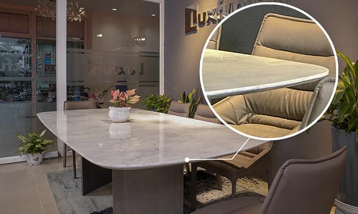 Mặt bàn làm từ đâ Carrara tự nhiên sang trọng với những đường vân màu ghi xám